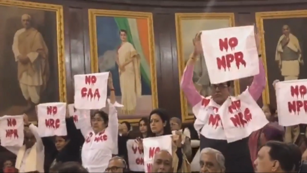 Trinamool's silent protest against #CAA, #NRC and #NPR during President's address in Central Hall - Sputnik International
