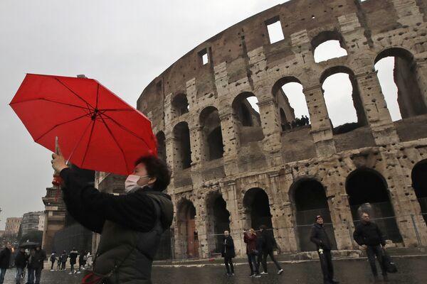 Viral Trend Amid Viral Outbreak: Travellers Take Pictures in Tourist Destinations Wearing Face Masks - Sputnik International