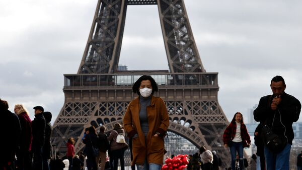 Woman in Protective Mask in Front of Eiffel Tower in Paris - Sputnik International