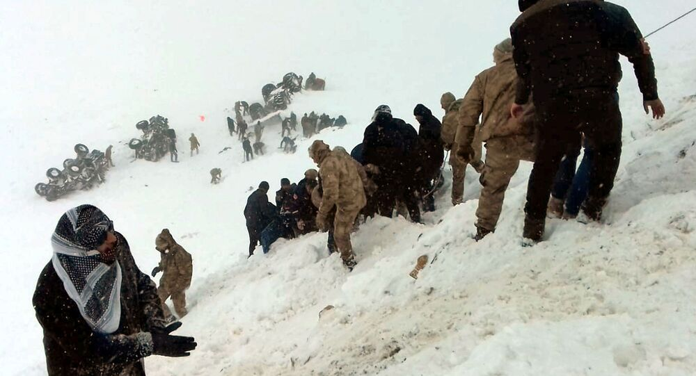 Turkish soldiers and locals try to rescue people trapped under avalanche in Bahcesaray in Van province, Turkey, February 5, 2020. Ihlas News Agency (IHA) via REUTERS ATTENTION EDITORS - THIS PICTURE WAS PROVIDED BY A THIRD PARTY. NO RESALES. NO ARCHIVE. TURKEY OUT.