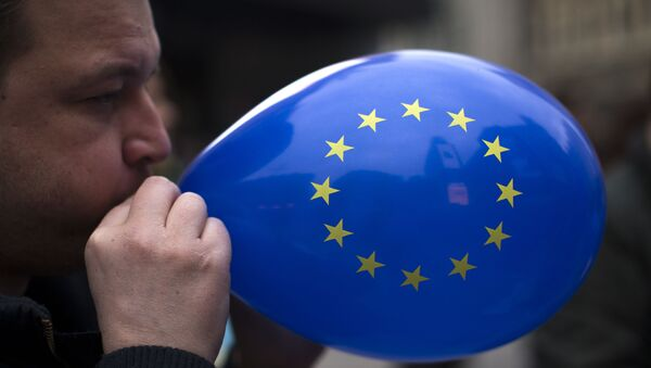 A man inflates a balloon with the flag of the European Union during a gathering to celebrate the 60th anniversary of the European Union in Madrid, Saturday, March 25, 2017. - Sputnik International