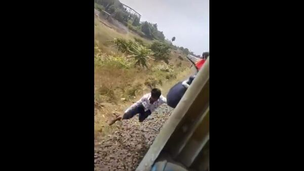Showing stunts in a moving train is a sign of bravery, not bravery. Your life is priceless, do not put it in danger - Sputnik International
