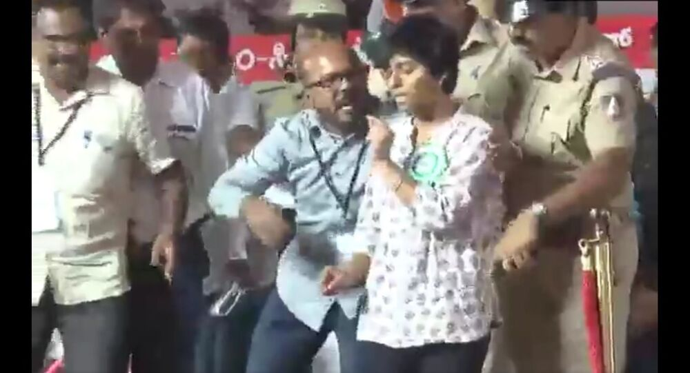 The full clip of the incident where a woman named Amulya at an anti-CAA-NRC rally in Bengaluru raised slogan of 'Pakistan zindabad' today
