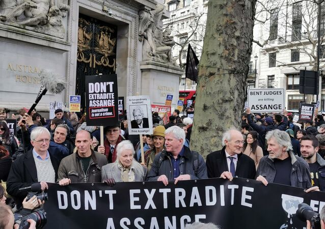 Craig Murray, Vanis Varoufakis, Vivienne Westwood, Kristinn Hrafnsson, John Shipton and Roger Waters hold a banner in support of Julian Assange