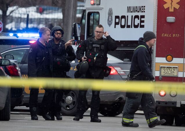 Police and emergency officials work at an active shooter scene at the Molson Coors headquarters in Milwaukee, Wisconsin, February 26, 2020.   Mark Hoffman/Milwaukee Journal Sentinel/USA TODAY NETWORK via REUTERS