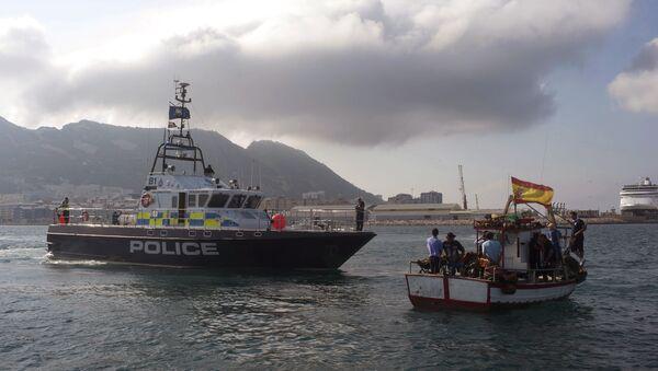 A British patrol boat, left, blocks access as fishermen, right, protest near to La Linea de la Concepcion in front of Gibraltar, Spain, Sunday, Aug. 18, 2013 - Sputnik International