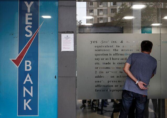 A customer tries to look into a Yes Bank branch in Mumbai, India, 6 March 2020. REUTERS/Francis Mascarenhas