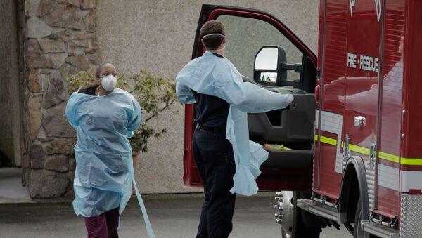 Nursing home worker and a medic in Kirkland, Washington - Sputnik International