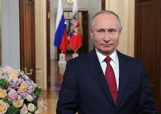 Putin congratulates women on 8 March