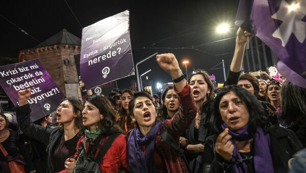 Women shout slogans as Turkish anti-riot police officers try to push them back during a rally marking International Women's Day on Istiklal avenue in Istanbul on March 8, 2019. - Sputnik International
