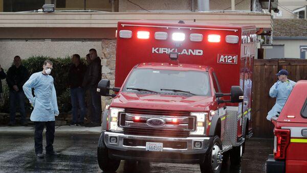 Workers near an ambulance at the Life Care Center in Kirkland, Washington - Sputnik International