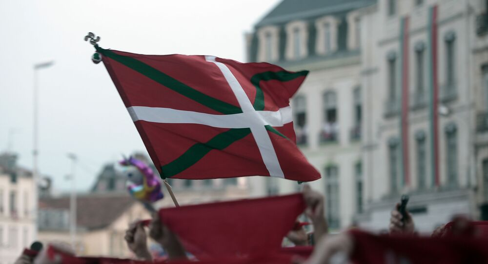 This picture taken on July 24, 2019 shows a Basque flag 'Ikurrina' as revellers gather in front of The Town Hall in Bayonne during the opening ceremony of The Fetes de Bayonne
