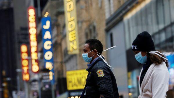 People in surgical masks walk through Manhattan's Broadway Theatre district - Sputnik International