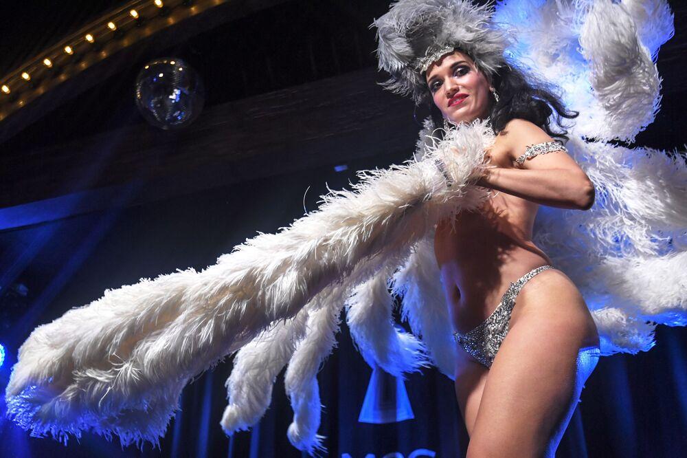 Anna Pavlova performs Silver Screen act