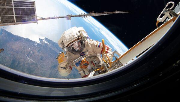 Российский космонавт во время выхода в открытый космос - Sputnik International