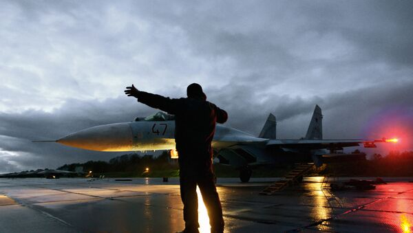 Military technician gives the go-ahead for the take-off of a Su-27 fighter jet - Sputnik International