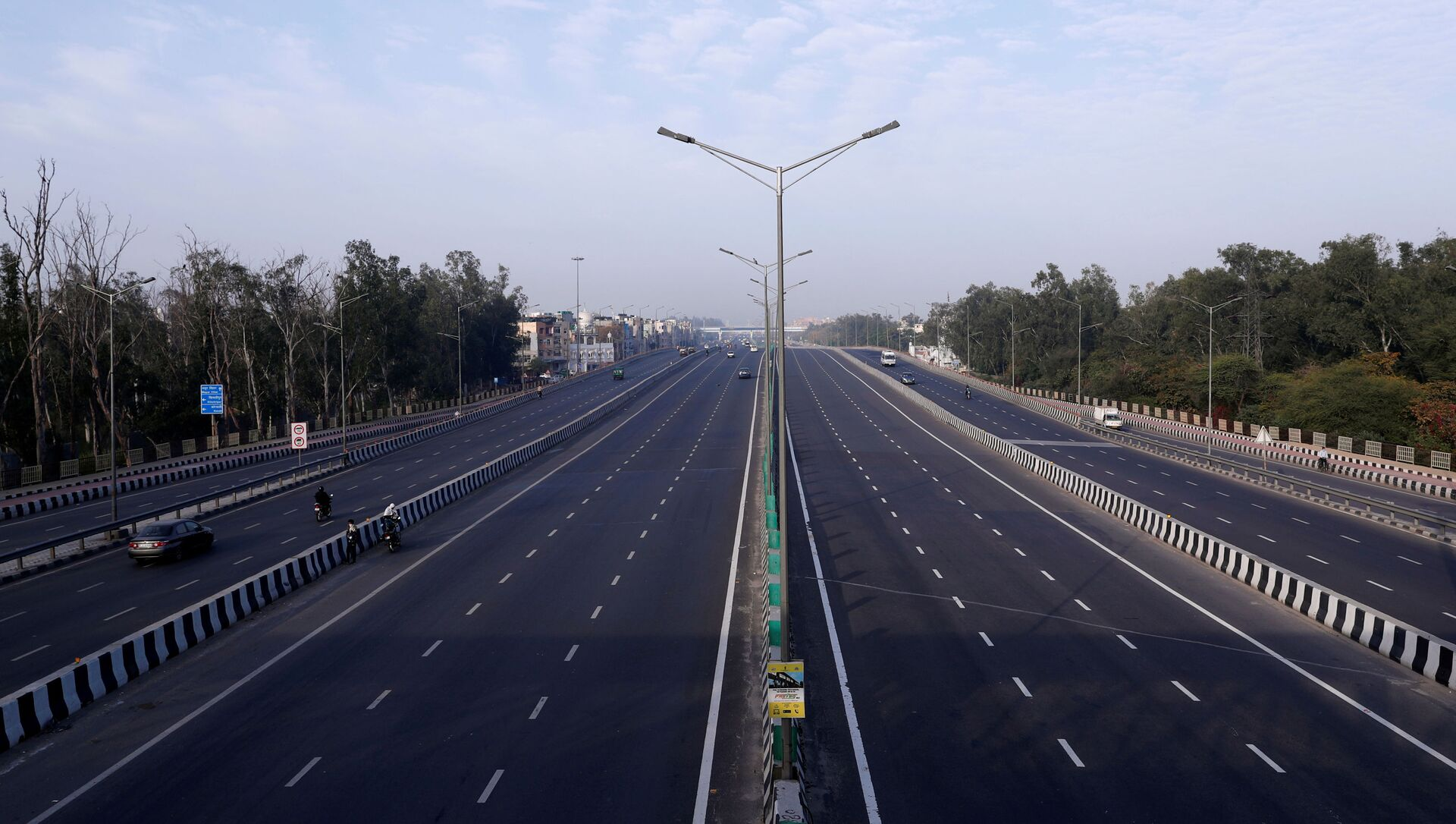 A general view shows an almost empty highway during lockdown by the authorities to limit the spreading of coronavirus disease (COVID-19), in New Delhi, India March 23, 2020. REUTERS/Adnan Abidi - Sputnik International, 1920, 28.07.2021