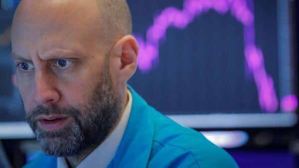 A trader works on the floor of the NYSE - Sputnik International