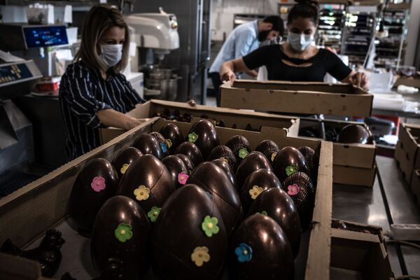 Coloured Eggs and Chocolate Bunnies Ready for Easter Amid COVID-19 Pandemic - Sputnik International