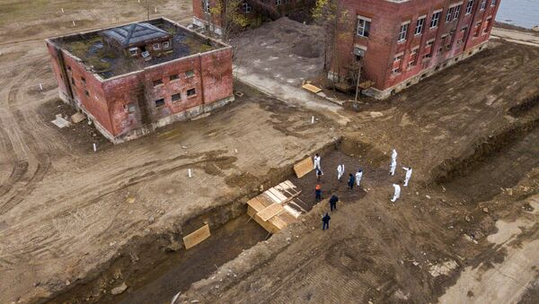 Drone pictures show bodies being buried on New York's Hart Island where the department of corrections is dealing with more burials overall, amid the coronavirus disease (COVID-19) outbreak in New York City, U.S., April 9, 2020. - Sputnik International