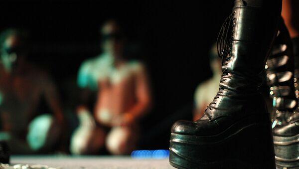 A dominatrix stands over a naked man - Sputnik International