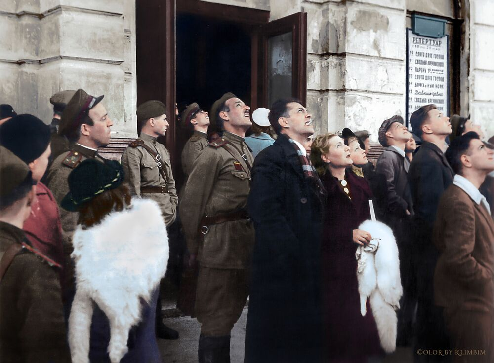 Theatre-goers watch an operation by Soviet aviation outside the Gorky theatre.