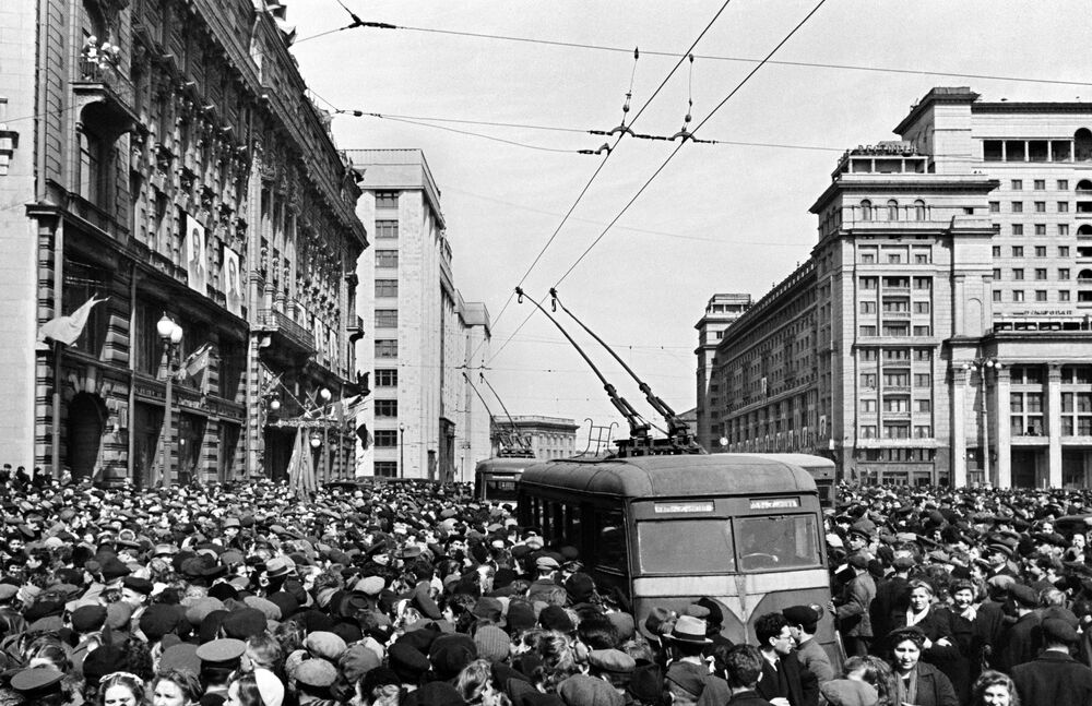 Outside the US embassy in Moscow on 9 May 1945