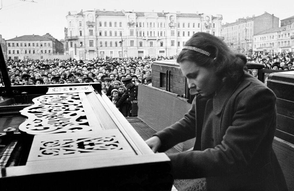 Pianist Nina Yemelyanova performs on Mayakovsky Square in central Moscow on 9 May 1945