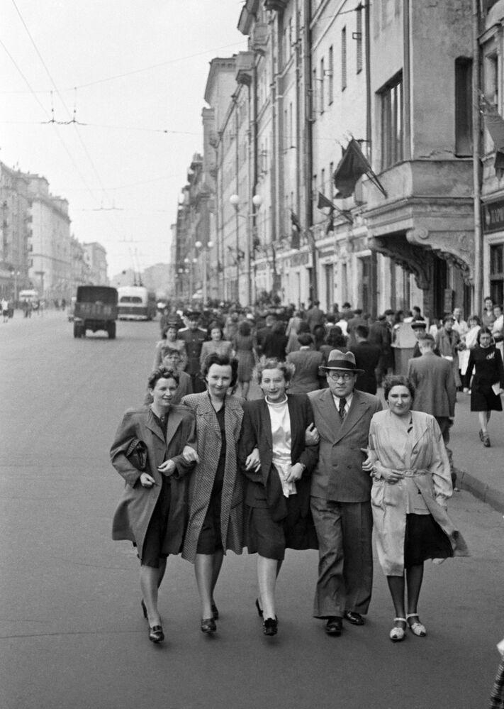 Muscovites on Gorky street (now Tverskaya) on 9 May 1945