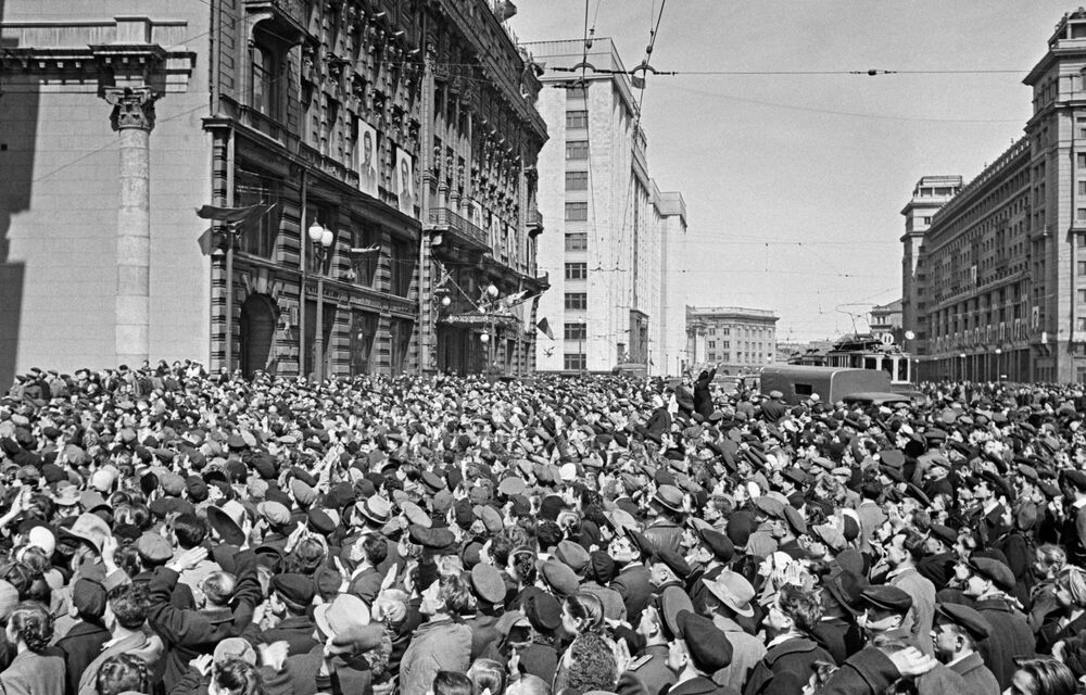 Near the US embassy on Mokhovaya street in Moscow on 9 May 1945