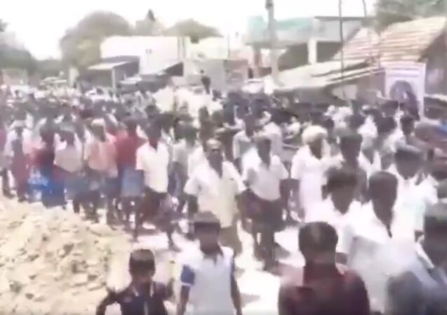 This large crowd gathered yesterday at Muduvarapatti village in Tamil Nadu for the funeral of a Jallikattu bull. Tamil Nadu has 1,242 Covid19 cases
