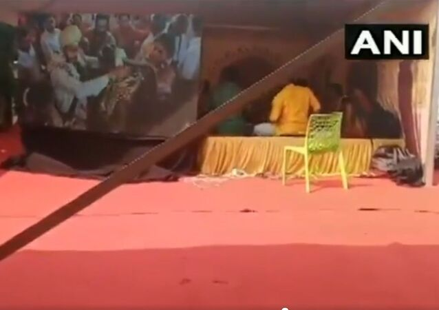 Karnataka: Nikhil Kumarswamy, son of former Karnataka CM HD Kumaraswamy, tied the knot with Revathi, the grand-niece of former Congress Minister for Housing M Krishnappa, today in Ramnagar. (Video source: anonymous wedding guest)