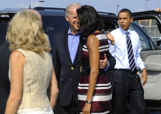 US Democratic presidential candidate Illinois Senator Barack Obama, his running mate Joe Biden(2nd-L) and their wives Michelle and Jill(L)disembark from Obama's campaign plane at Detroit Metropolitan International airport in Detroit, Michigan, September 28, 2008