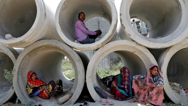 Migrant labourers rest in cement pipes during an extended nationwide lockdown to slow the spreading of coronavirus disease (COVID-19) in Lucknow, India, April 22, 2020.  - Sputnik International