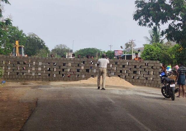 Tamil Nadu closed three routes to AndhraPradesh by building walls