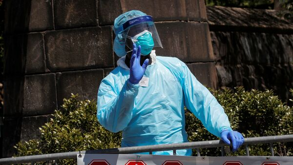 A healthcare worker greats people outside the Brooklyn Hospital Center, during the outbreak of coronavirus disease (COVID-19) in the Brooklyn borough of New York City, New York, U.S., April 28, 2020 - Sputnik International