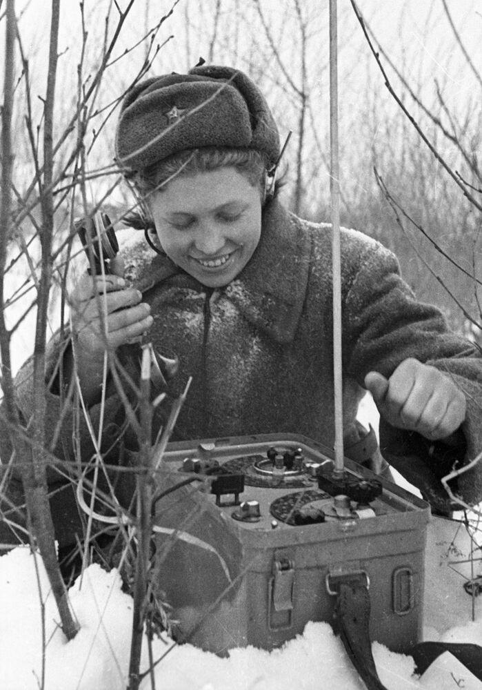 Female signaller on 30 November 1943
