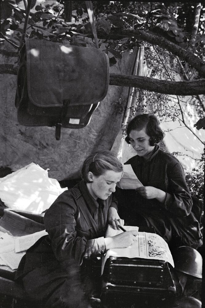 Female soldiers write a news bulletin on 31 August 1941