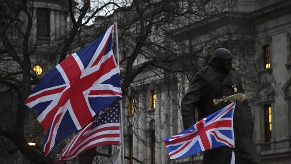 Brexit supporters hold British and US flags in front of the Statue of Winston Churchill during a rally in London, Friday, Jan. 31, 2020. - Sputnik International