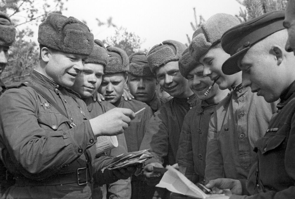 Soviet soldiers receive mail, 2nd Belorussian Front