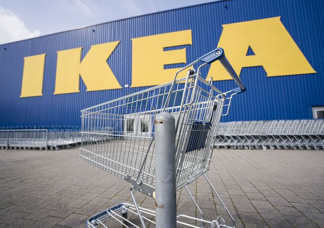 Until further notice, the branch of the furniture chain Ikea at the location of the company's German headquarters in Wallau near Wiesbaden is closed, in front of which an empty shopping trolley is standing, Germany, Tuesday, March 17, 2020.