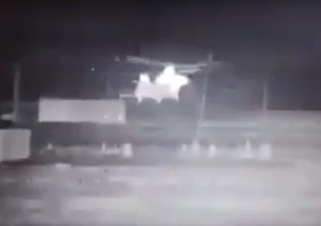 Viral video put out by a Popular Mobilization Forces militia allegedly showing the evacuation of Daesh (ISIS) militants aboard US helicopters in Syria.
