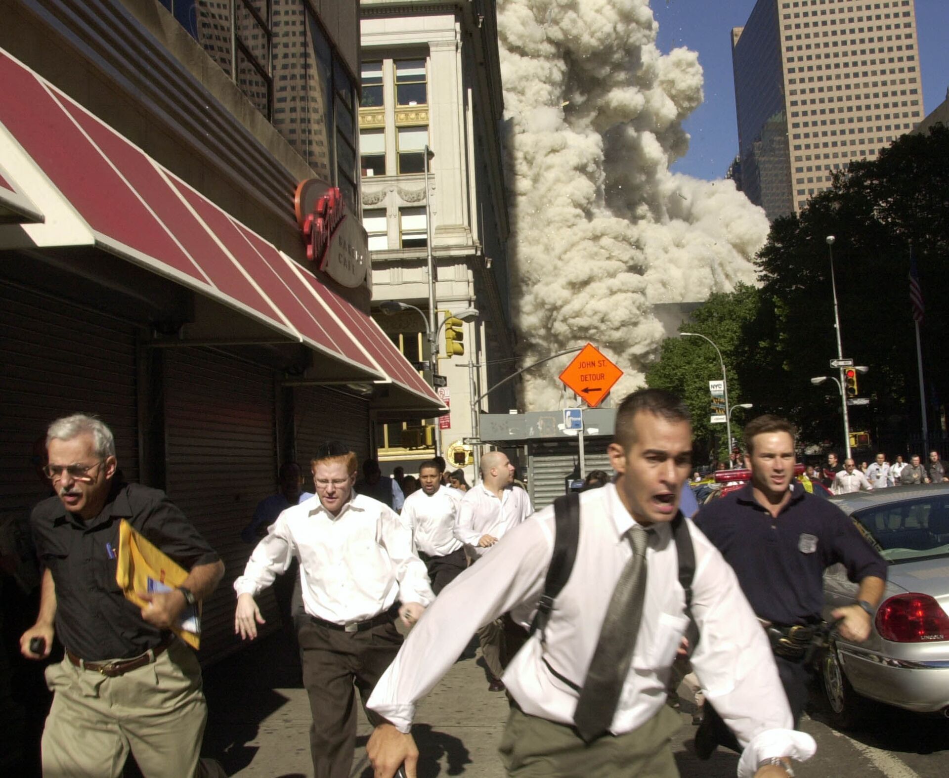 People run from the collapse of one of the twin towers of New York's World Trade Center in this Sept. 11, 2001 - Sputnik International, 1920, 11.09.2021