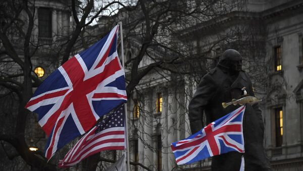 Brexit supporters hold British and US flags in front of the Statue of Winston Churchill during a rally in London, Friday, Jan. 31, 2020 - Sputnik International