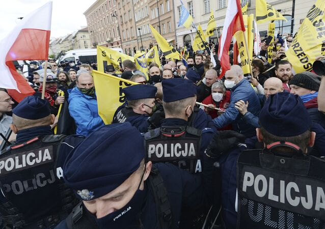 Police clash with protesters in Warsaw