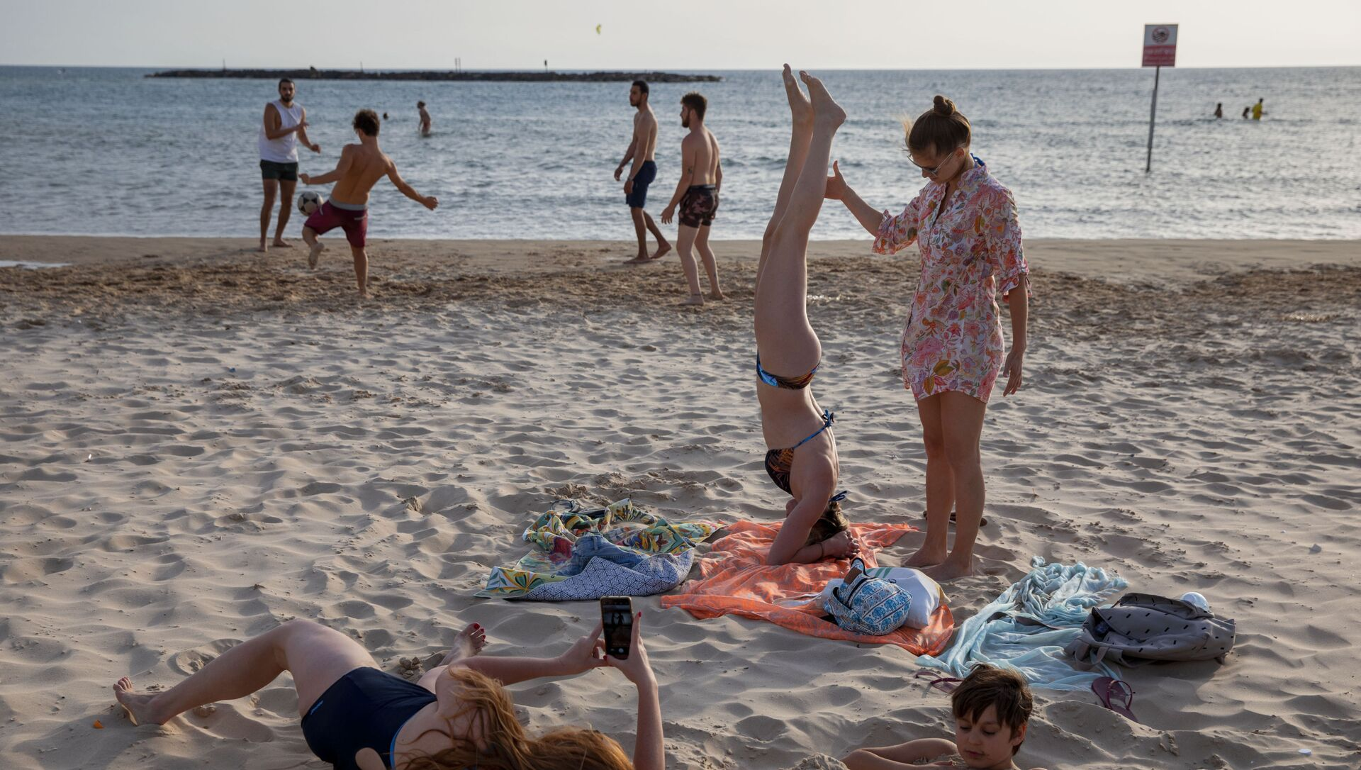 People enjoy the beach front in Tel Aviv, Israel, Saturday, May 16, 2020. Israeli authorities have recently begun loosening the restrictions of the coronavirus lockdown, the easing brought people out of their homes to enjoy the outdoors.  - Sputnik International, 1920, 06.07.2021