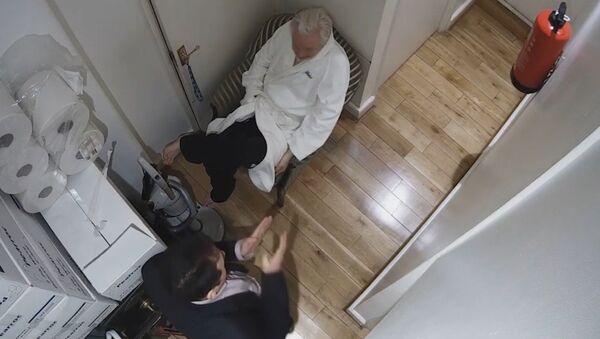 Spy cam footage of Julian Assange and Rommy Vallejo, Ecuador's then-head of the National Intelligence Secretariat in a corridor of the Ecuadorian Embassy - Sputnik International