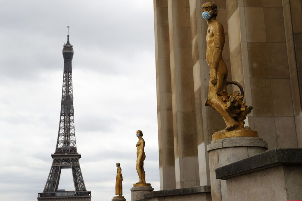 Statues wear masks along Trocadero square close to the Eiffel Tower in Paris, 4 May 2020.