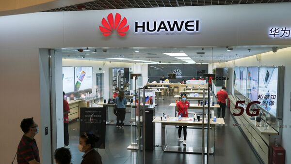 People wearing face masks walk past a?Huawei?store at a shopping mall, following an outbreak of the coronavirus disease (COVID-19), in Beijing, China May 18, 2020 - Sputnik International