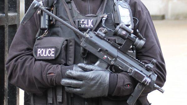 Armed UK police officer - Sputnik International
